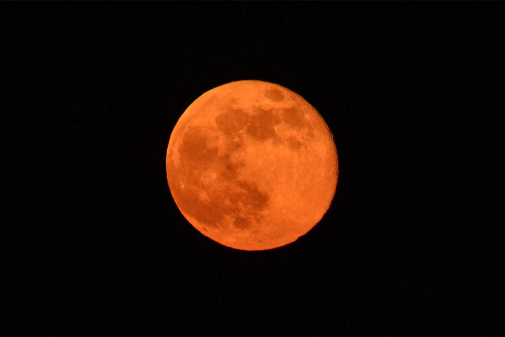 Die orangene Färbung geht wie beim Sonnenauf- und -untergang auf die atmosphärische Streuwirkung zurück © Marcel Gluschak